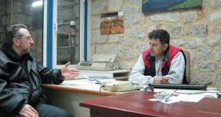Ο διευθυντής του ελαιοτριβείου Στρατής Μαγλογιάννης μιλάει με τον απεσταλμένο μας στην Αγιάσο Λέσβου Μανώλη Τραγάκη.;