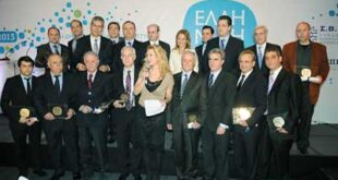 Αναμνηστική φωτογραφία των βραβευθέντων με τα μέλη της επιτροπής αξιολόγησης και τους υπουργούς Ανάπτυξης και Μακεδονίας - Θράκης.;